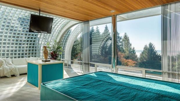 Kamar tidur utama yang bisa melihat pemandangan alam sekitar
