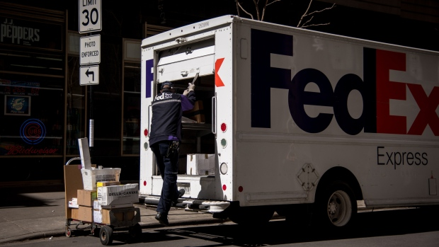 fedex to start next day delivery for orders as late as midnight bnn bloomberg. Black Bedroom Furniture Sets. Home Design Ideas