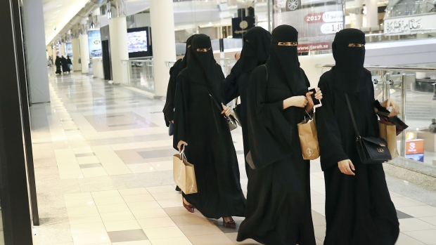 Saudis Defend App That Lets Men To Give Women Permission To Travel Bnn Bloomberg
