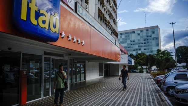 Pedestrians pass in front of a Itau Unibanco Holding SA bank branch in Brasilia, Brazil, on Friday, Jan. 20, 2017. Itau, the biggest bank in Latin America by market value, has reached an agreement to postpone to January 2022 the acquisition of shares of Colombia's CorpBanca.