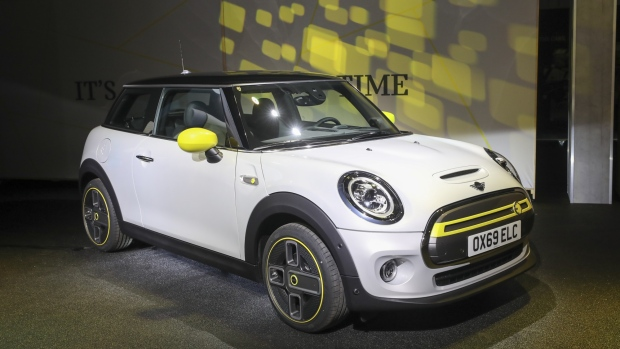 A new Mini Cooper SE electric automobile sits on display at Bayerische Motoren Werke AG's (BMW) Mini final assembly plant in Cowley near Oxford, U.K., on Tuesday, July 9, 2019. BMW's first electric Mini will hit the streets by the end of the year targeting urban buyers with a driving range of as much as 270 kilometers (168 miles) to compete with Volkswagen AG's ID.3 hatchback and Tesla Inc.'s Model 3. Photographer: Chris Ratcliffe/Bloomberg
