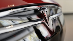 The Tesla Motors Inc. logo is seen on the grill of a Model S P85D electric vehicle (EV) at the company's retail store in San Jose, California, U.S., on Thursday, Aug. 20, 2015.