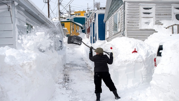 Armed Forces pitch in to help snow bound Newfoundlanders dig out - BNN Bloomberg