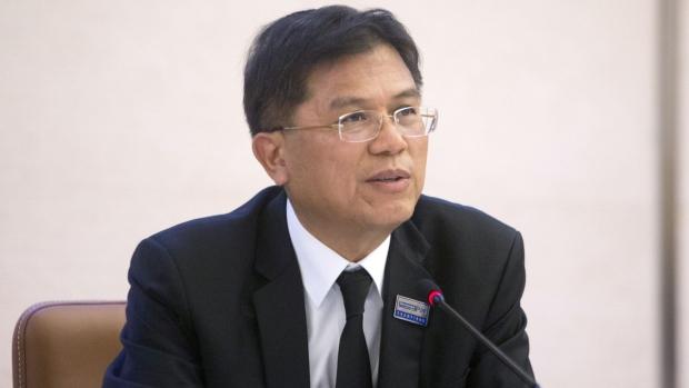 คนเดินเท้าที่สวมหน้ากากอนามัยเดินไปตามถนนยุรวาสกรุงเทพมหานครประเทศไทยในวันพุธที่ 5 กุมภาพันธ์ 2563 ผลกระทบของไวรัสโคโรนาเป็นเรื่องที่น่ากังวลอย่างยิ่งต่ออุตสาหกรรมการท่องเที่ยวของประเทศไทยซึ่งคิดเป็น 21% ของเศรษฐกิจและสูญเสียธุรกิจจำนวนมากไปกับ นักท่องเที่ยวจากจีนลดลงซึ่งเป็นฐานลูกค้าที่ใหญ่ที่สุด ช่างภาพ: Andre Malerba / Bloomberg