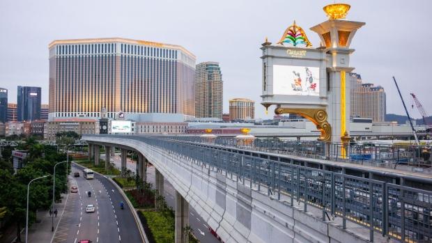 Resor dan kasino Venetian Macao, yang dioperasikan oleh Sands China Ltd., sebuah unit dari Las Vegas Sands Corp., kiri, dan kasino dan hotel Galaxy Macau, yang dikembangkan oleh Galaxy Entertainment Group Ltd., berdiri di Makau, China, pada hari Selasa, 3 Maret 2020. Kasino di Makau, wilayah Tiongkok yang merupakan pusat perjudian terbesar di dunia, melaporkan penurunan rekor pendapatan game, karena mereka bergulat dengan biaya penutupan bisnis mereka selama 15 hari untuk membantu menahan wabah virus korona yang mematikan. Fotografer: Billy H.C. Kwok / Bloomberg