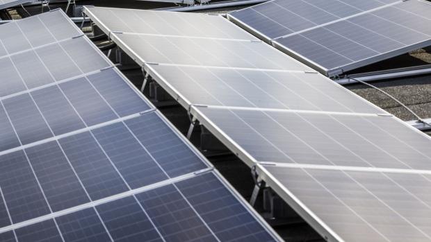 2020年9月28日星期一,新安装的太阳能电池板位于由德国柏林Pankow区的Gesobau AG经营的公寓楼的屋顶上。德国的能源转型策略Energiewende带来了巨大的转变。过去十年的国家电力供应。 摄影师:彭博社/彭博社