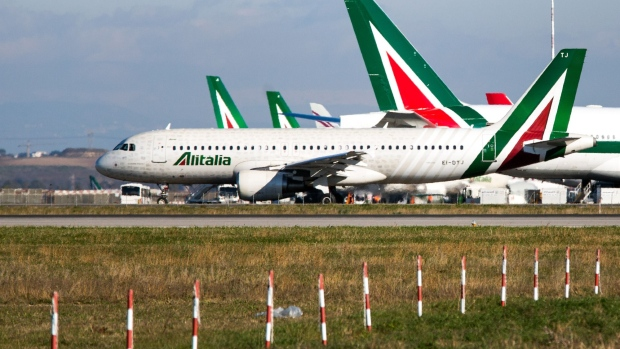 An Airbus SE A320 passenger aircraft, operated by Alitalia SpA, aircraft taxis on the runway as it prepares to take off from Fiumicino airport in Rome, Italy, on Wednesday, Jan. 4, 2017. Alitalia shareholders approved Etihad Airways PJSC investment of up to $231m, Etihad became Alitalia's largest shareholder in 2014 as part of the Persian Gulf carrier's attempt to gain a European foothold by strengthening struggling carriers in the region. Photographer: Alessia Pierdomenico/Bloomberg